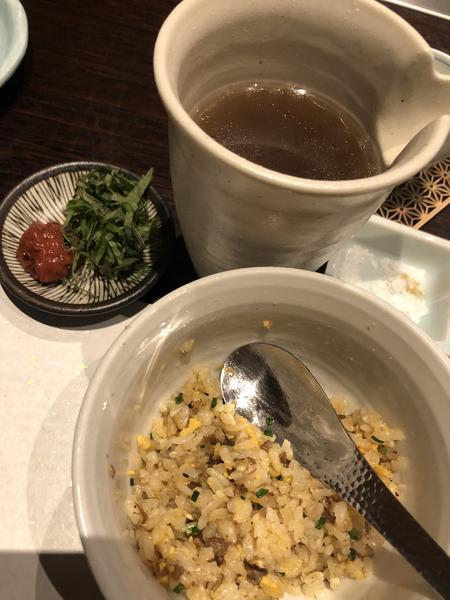 炒飯に出汁を掛けて 薬味入れます