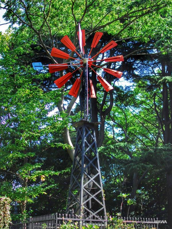 井戸水の汲み上げ用の風車の塔