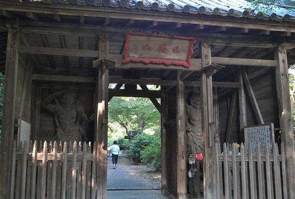 石段上の山門
