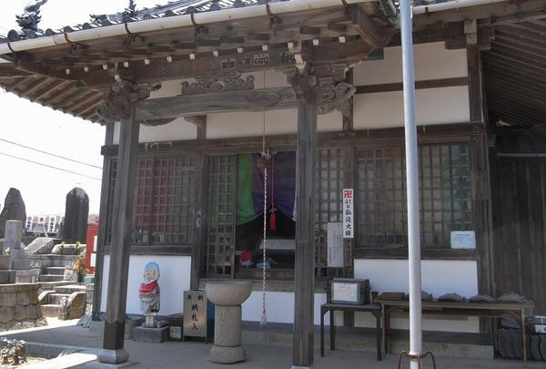 弘法堂は左側に