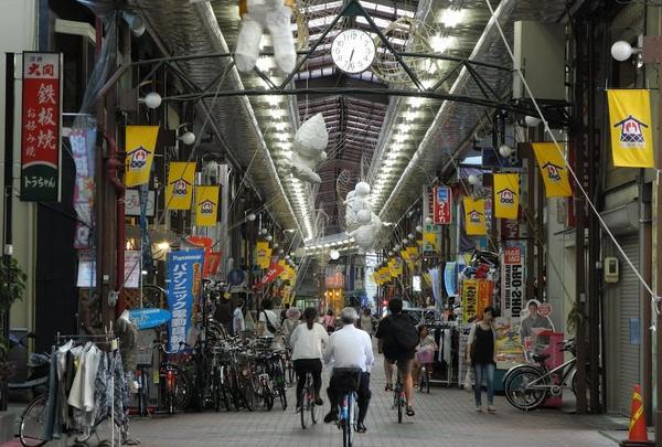 東西に伸びる商店街