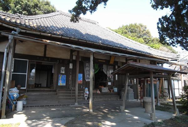 弘法堂は右側に