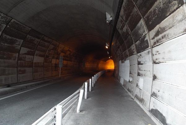トンネル内突入