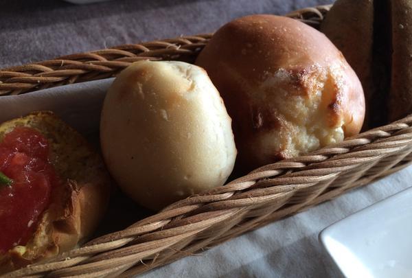 お店で焼かれるパン