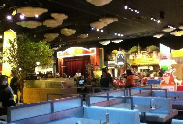 中はレストランを中心に体験コーナーが並んでいます