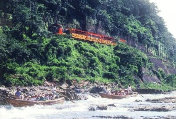トロッコ電車の後は「保津川下り」