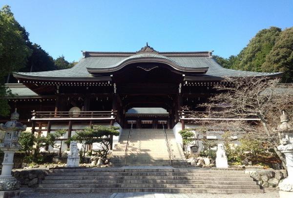 外拝殿から内拝殿を望む