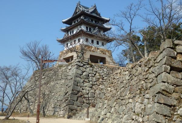 約400年前の石垣が残る洲本城跡。