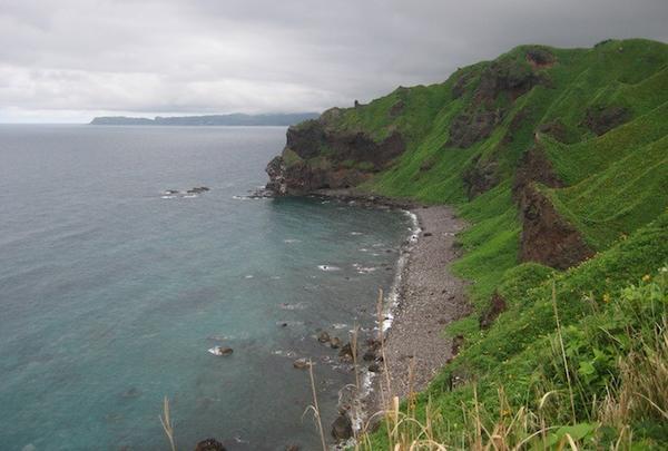 遊歩道の両側の日本海は積丹ブルー。
