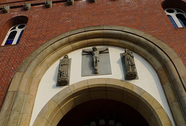 入り口上に十字架のキリストが