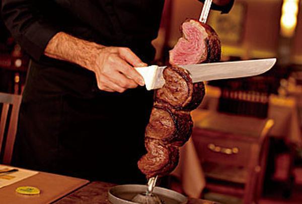 陽気な店員さんがお肉をランダムにもってきてくれます