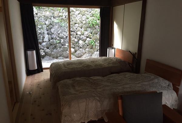 険しい山道の先にあるシンプルでカッコイイ宿!