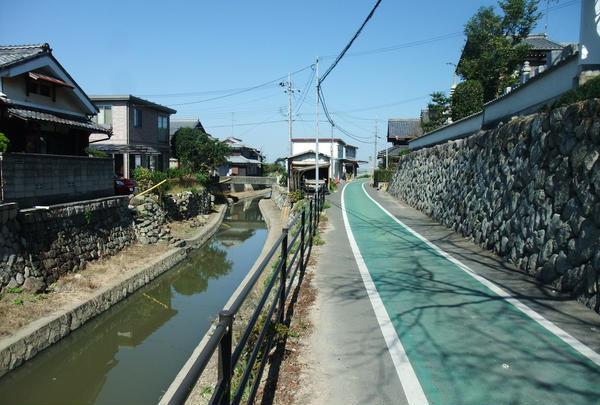 水路と石垣とサイクリング