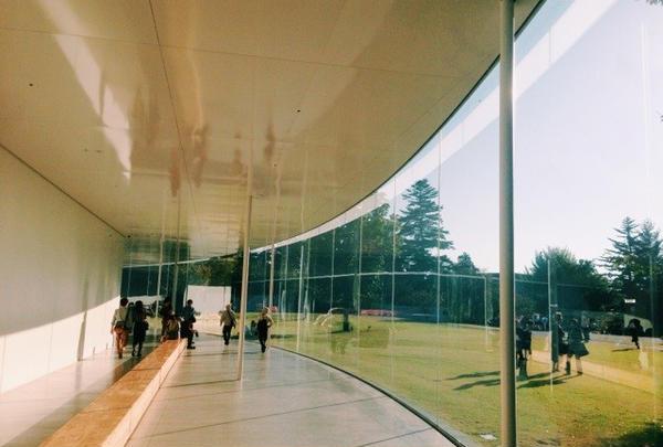 ガラス張りの円形美術館