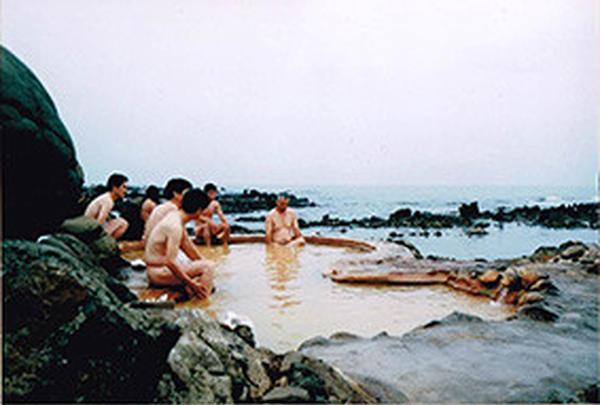 海に突き出た露天温泉
