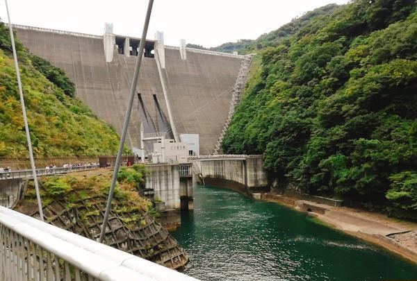ダム放流、近くで見るか遠くで見るか