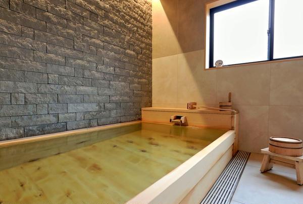 三国温泉源泉かけ流しのヒノキ風呂