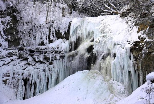 氷爆したアシリベツの滝