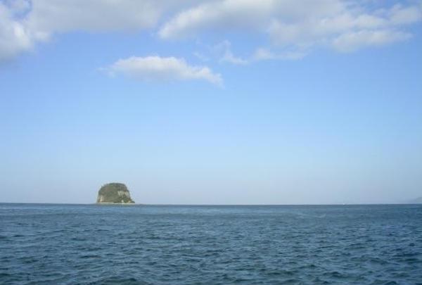 ぽこっと浮かぶ島。