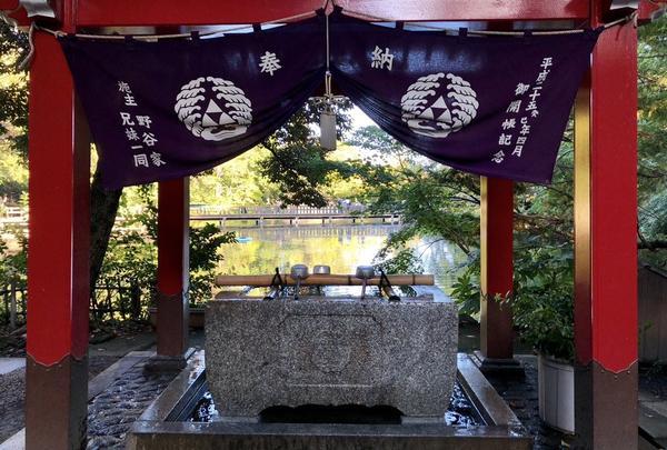 境内にある銭洗いで、縁起よく、五円玉を水で清めて、お賽銭箱に入れて、鐘を鳴らし、祈祷をするよ!