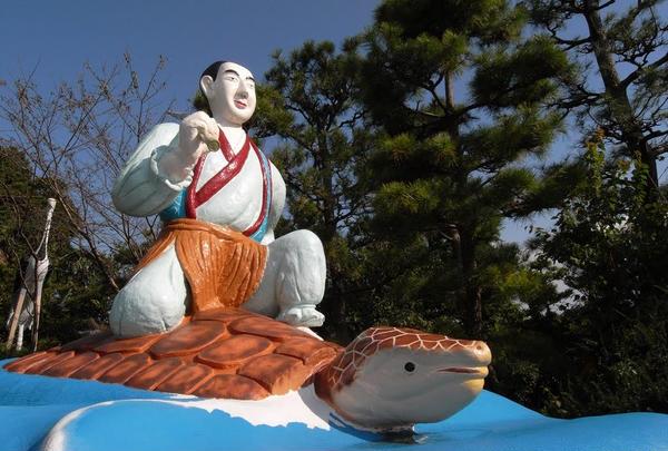 浦島像も巨大