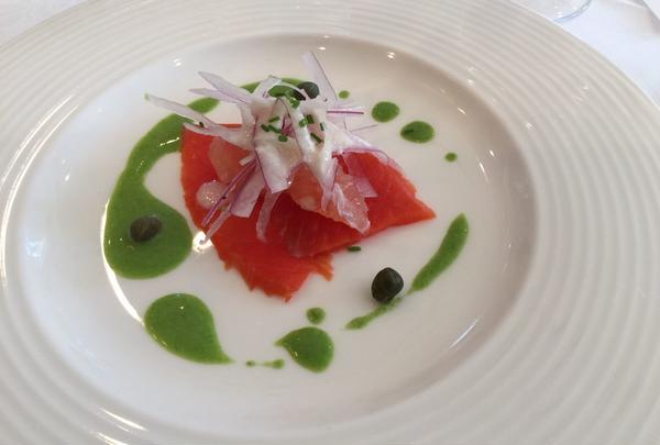 紅鮭のスモークとルビーグレープフルーツ、赤タマネギの薄切り添え