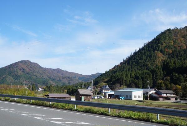 美しい山々に囲まれたマチ。