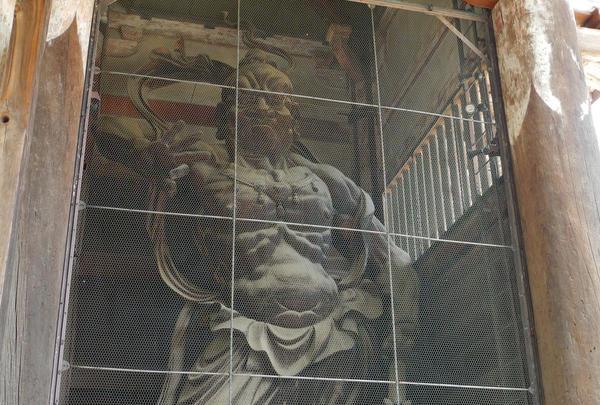 門の両側には仁王像