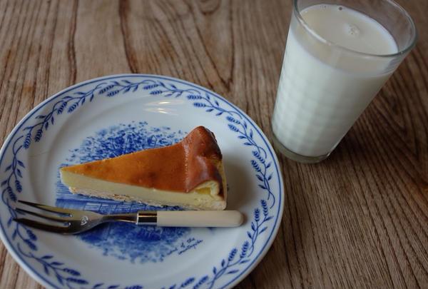 チーズケーキと牛乳