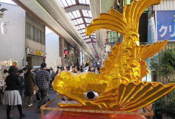 金の鯱神輿が目立つ