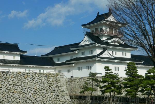途中の車窓で富山城を