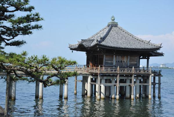 湖上のお堂「浮御堂」
