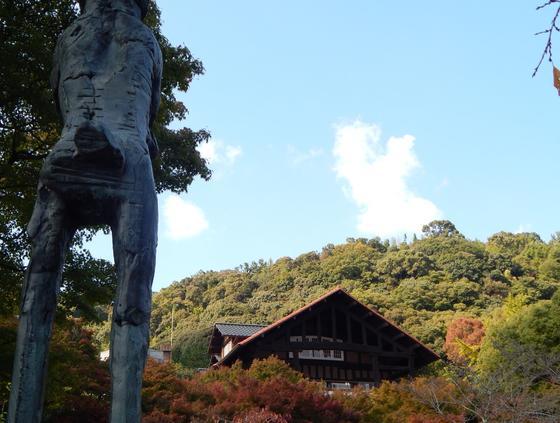 庭園から見るチューダーゴシックの本館