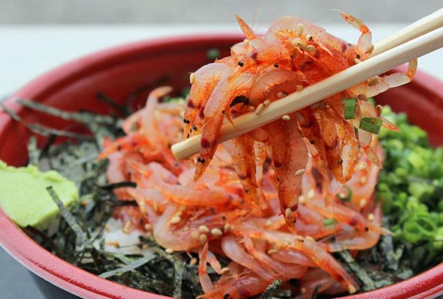 行列のできる漁港で新鮮桜えび丼を食べよう。