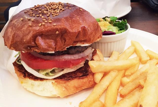 カロリーなんて気にするな!東京の美味しいグルメバーガーはここだっ!!