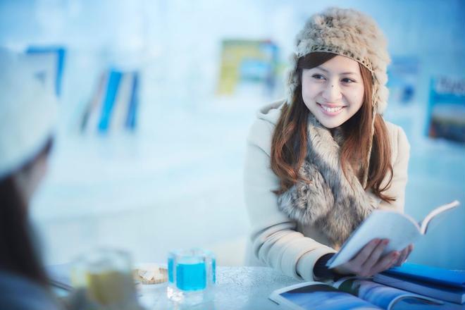 【トマム】氷のBooks_Cafe  女性イメージ