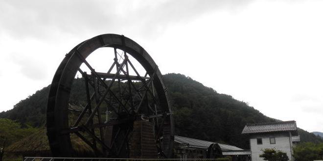 バクダンキャンディー!?昔ながらの雰囲気漂う岡山県新見市。親子孫水車で体験できる紙すき。