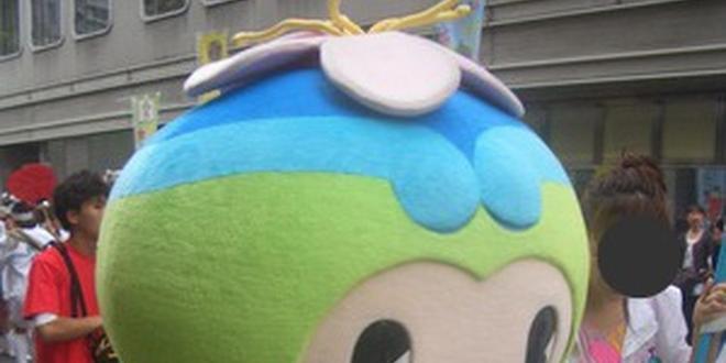 シンボルタワーPL塔を眺めながら歩く大阪府富田林市