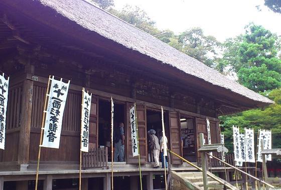 藁ぶき屋根のお寺