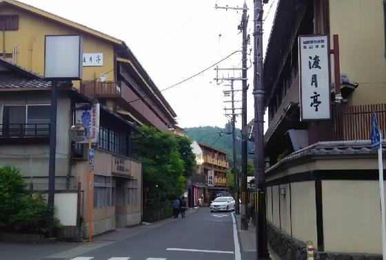 嵐山温泉のお宿が立ち並んでます