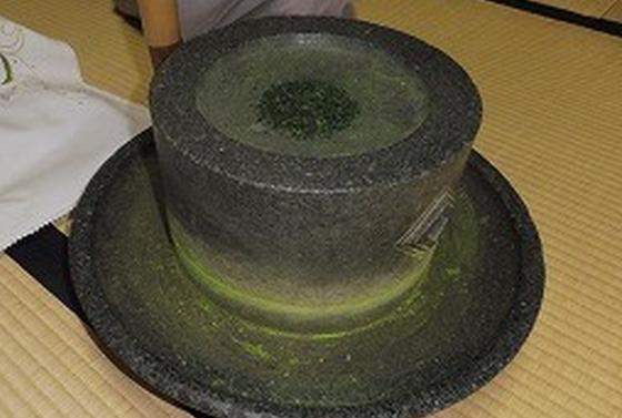 お茶の葉を石臼で挽きます