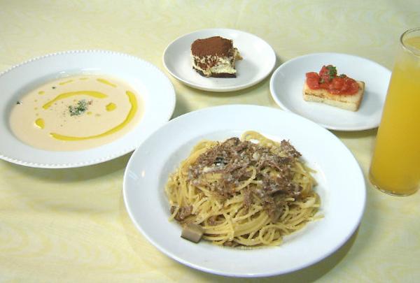 3種類のパスタと1種類のピッツァからメインが選べるランチ