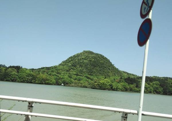 溶岩(流紋岩)で形成された兜山