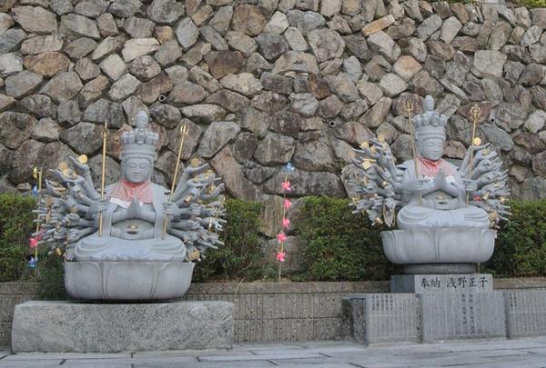 お寺というよりも石屋さん