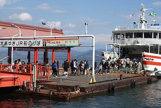 まずはフェリーで宮島に向かいます